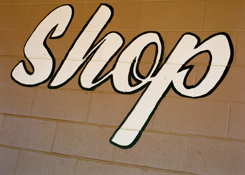 Sun brings shoppers out, boosting retail sales