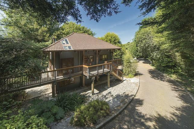Live like Hollywood royalty in former home of Kate Winslet