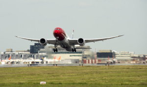 norwegian-dreamliner-gatwick-takeoff